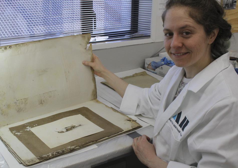 Josefin Bergmark-Jimenez, Papierkonservator beim Antarctic Heritage Trust fand das Gemälde in einem Papierportfolio von einer Koje in einer der historischen Hütten bei Kap Adare. Es war sehr gut erhalten, da es mehr als einhundert Jahre zwischen anderen Papieren im Dunklen in der Kälte gelegen hatte. (Bild: Antarctic Heritage Trust)