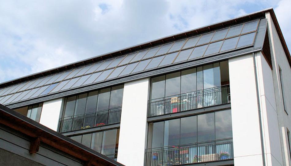 In der Wohngegend Eko-Viikki in Helsinki wurden neun Liegenschaften mit Solarwärmesystemen für Wasserwärmespeicher ausgestattet und in einigen Häusern wurden Bodenheizungen installiert. Von den Solarpanelen aus wird die akkumulierte Wärme in einen isolierten Wassertank geführt, der als Wärmespeicher dient. Bild: Helene Oy