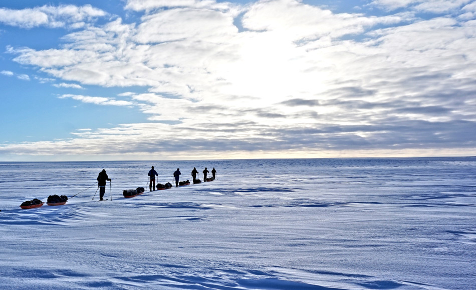 Das sechsköpfige Team unter der Führung von Bengt Rotmo von Oustland Polar Exploration startete seine Expedition am 4. Mai von Westen aus. Auf Skiern und mit jeweils 60kg Material auf Schlitten ausgerüstet planen sie, Ende Mai an der Ostküste anzukommen. Bild: Oustland Polar Exploration