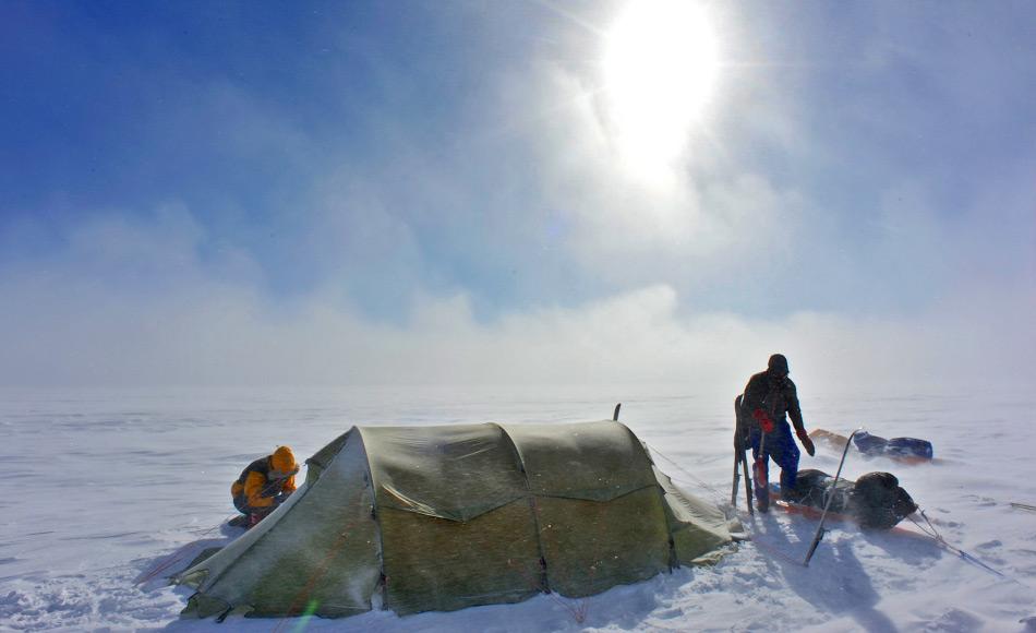 Wie bei allen polaren Expeditionen spielt das Gewicht eine immense Rolle. Daher werden leichte, aber stabile Zelte verwendet. Doch bei starken Winden wird der Aufbau immer zu einer Herausforderung. Bild: Oustland Polar Exploration
