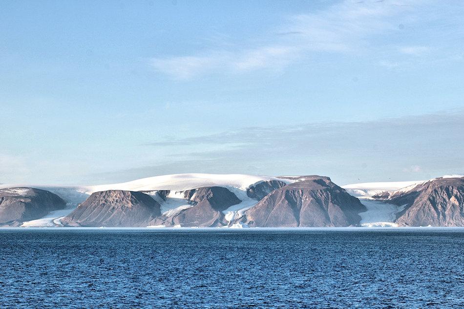 Das Gebiet Nordwestgrönlands ist unbewohnt wild. Der Eisschild reicht an vielen Orten bis an die Küste hinunter, anders als weiter südlich. Zwischen den Bergen schlängeln sich die Gletscherausflüsse ans Meer. Bild: Michael Wenger
