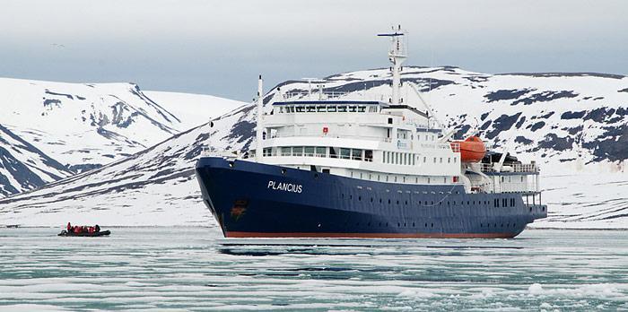 Die «Plancius» der holländischen Reederei «Oceanwide Expeditions» fällt mit einer Länge von 89 Meter nicht in die neue Regelung.