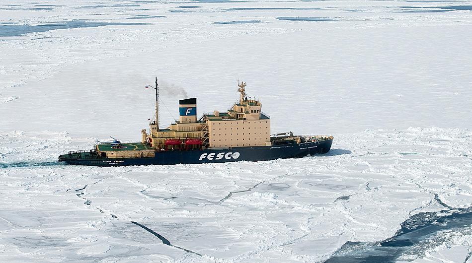 Der Eisbrecher «Kapitan Khlebnikov» wurde 1981 für den Einsatz in Nordsibirien mit einem 24.000 PS starken Dieselmotor gebaut. Der Eisbrecher entspricht den neuesten technologischen Standards und bietet mit 54 Kabinen und Suiten Platz für 112 Passagiere.